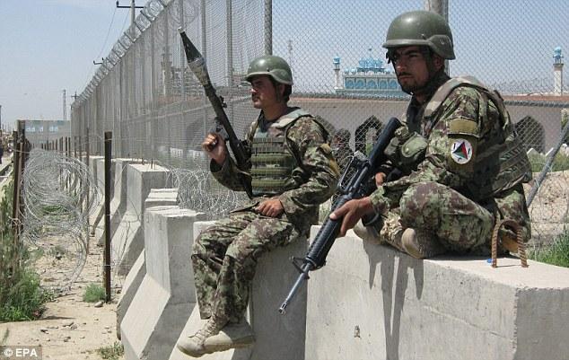 アフガン兵の  <strong>日曜の夜に脱走された刑務所の横にはアフガニスタン警察と、NATO軍が駐在している</strong> <img src=