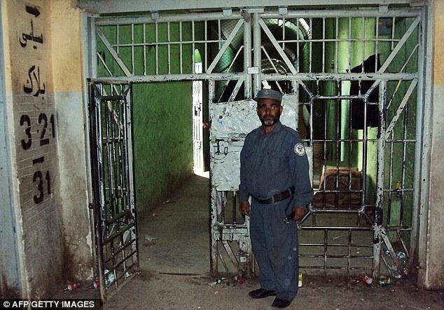刑務所の収監セクションの入り口には警備人が立っていた.jpg